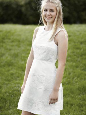 Konfirmationskjole Rebecca i satin og blonde.