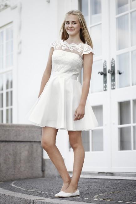 Konfirmationskjole Rilo har satinskørt og blondetop.
