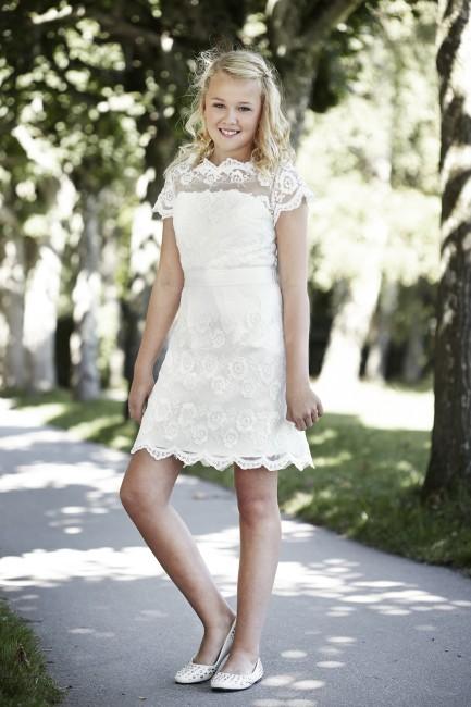 Konfirmationskjole Rosa med smuk blonde.