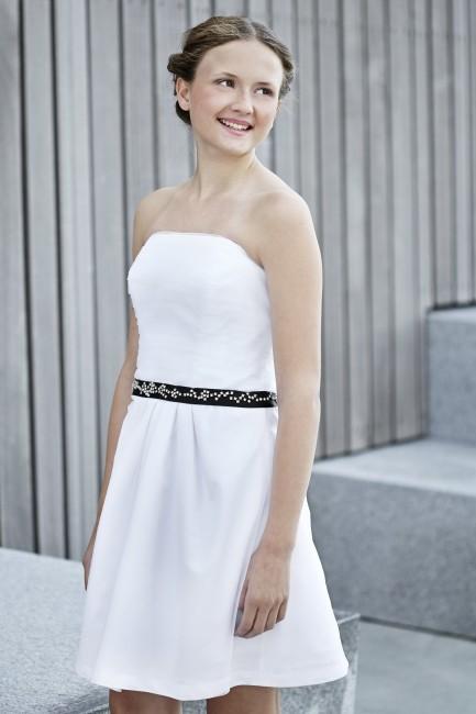 Konfirmationskjole Sissi med draperet tyl og sort satinbånd.